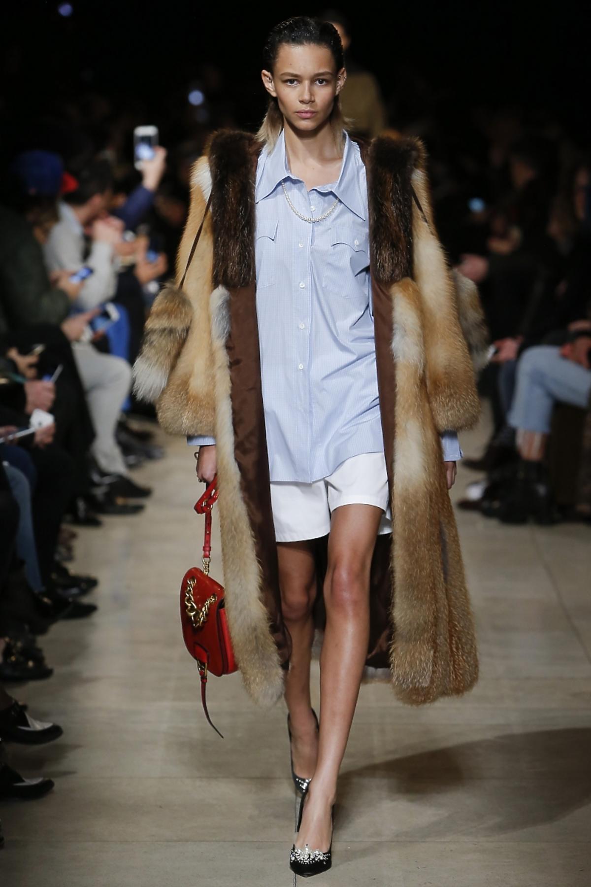 Modelka w futrze, koszuli i szortach