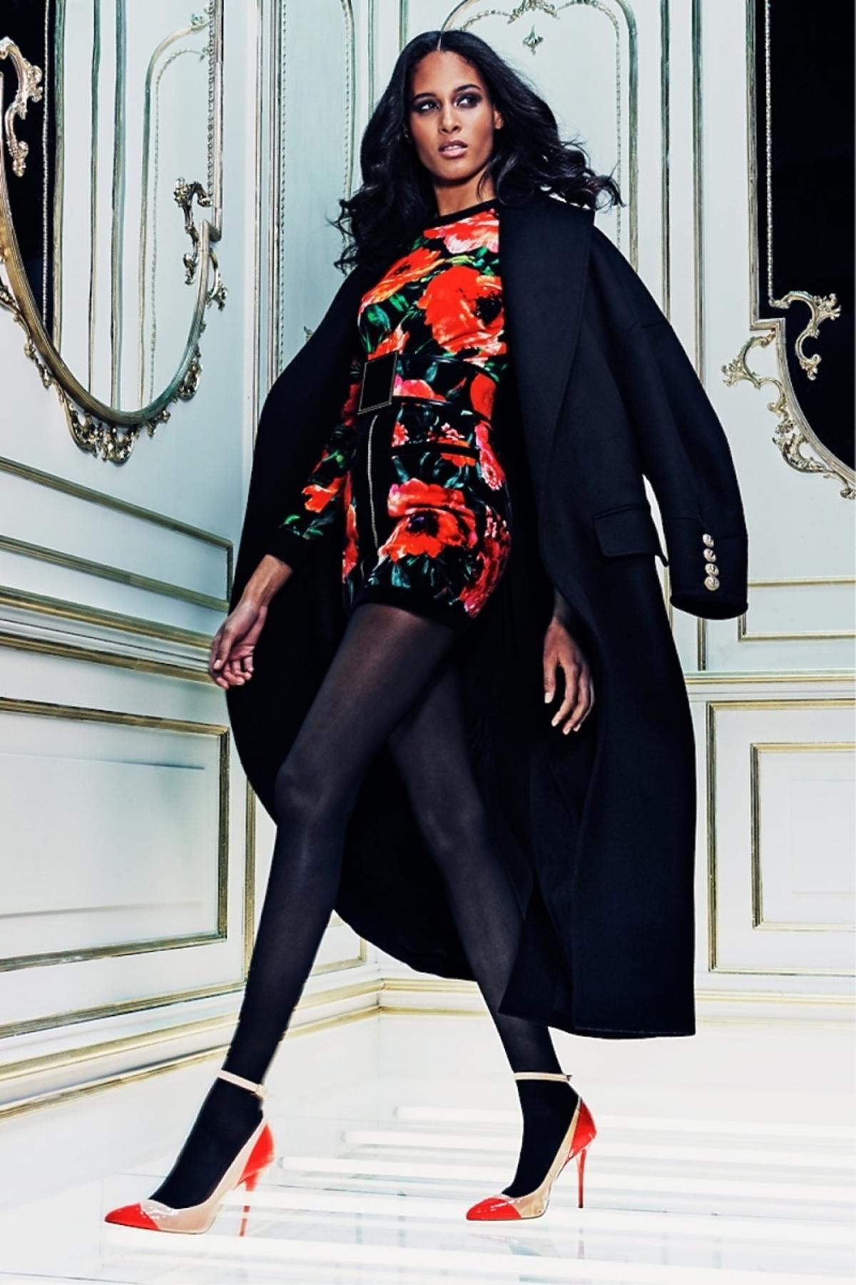 Modelka w granatowym płaszczu Balmain