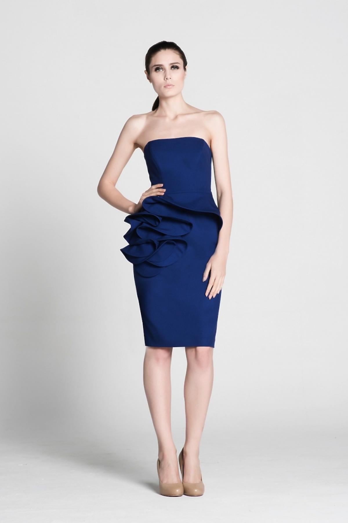 Modelka w kobaltowej sukience z falbaną