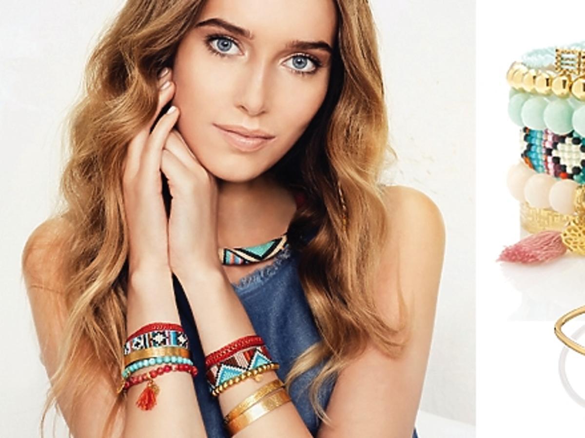 Modelka w kolorowej biżuterii, bransoletki z koralików i kolczyki
