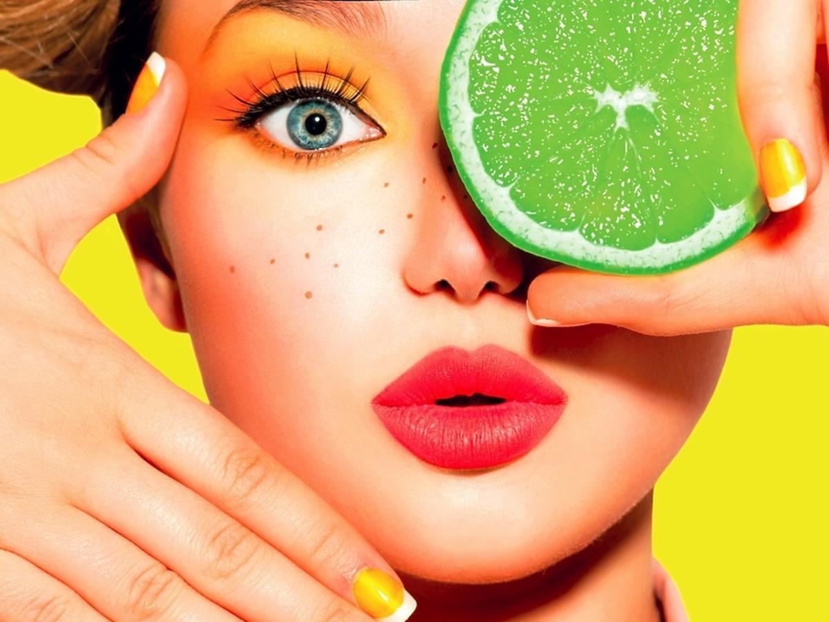Modelka w kolorowym makijażu z limonką