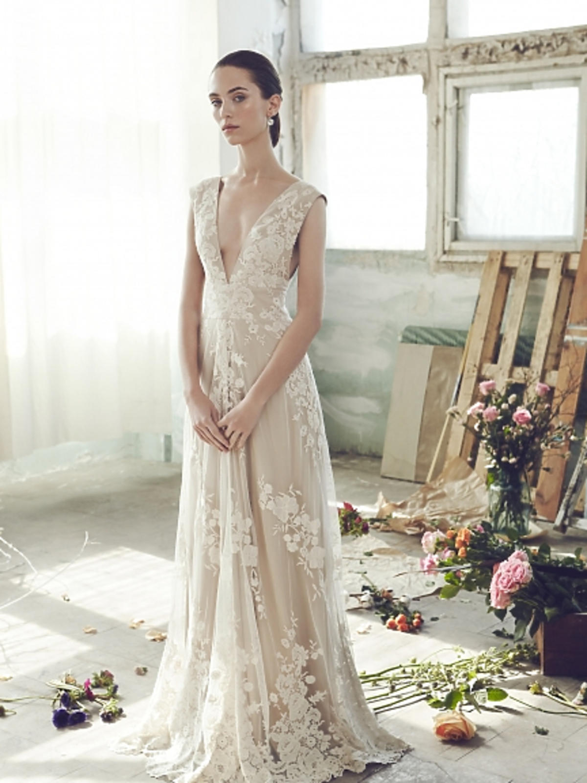 Modelka w koronkowej sukience ecru
