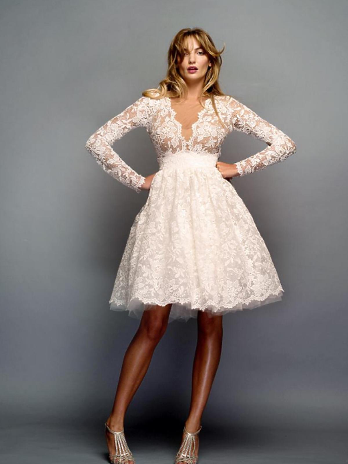 Modelka w krótkiej koronkowej sukni