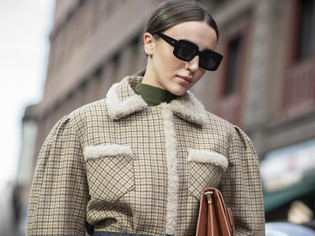 Modelka w kurtce z kożuszkiem i okularach przeciwsłonecznych