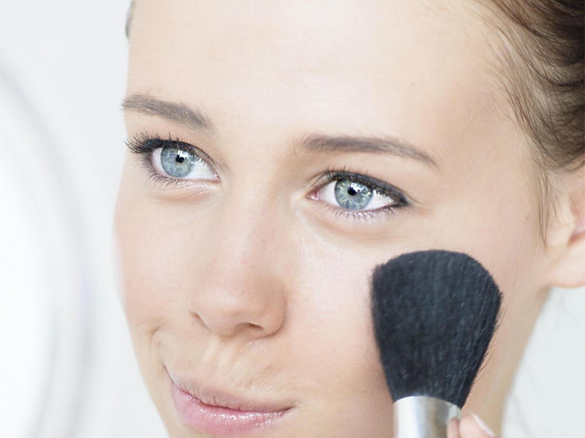 Modelka z delikatnym makijażem