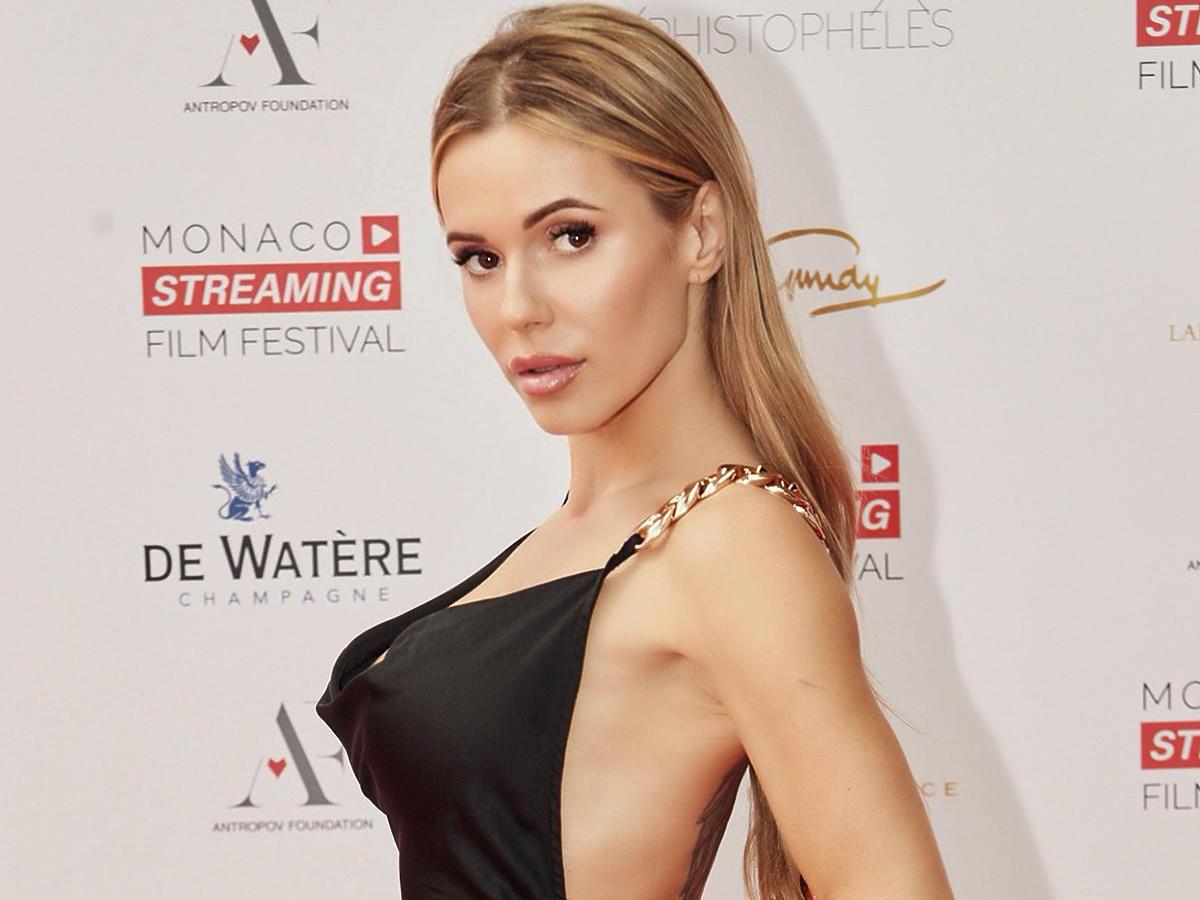 Monaco na Streaming Film Festival 2021 w czarnej sukience Bronx & Banco