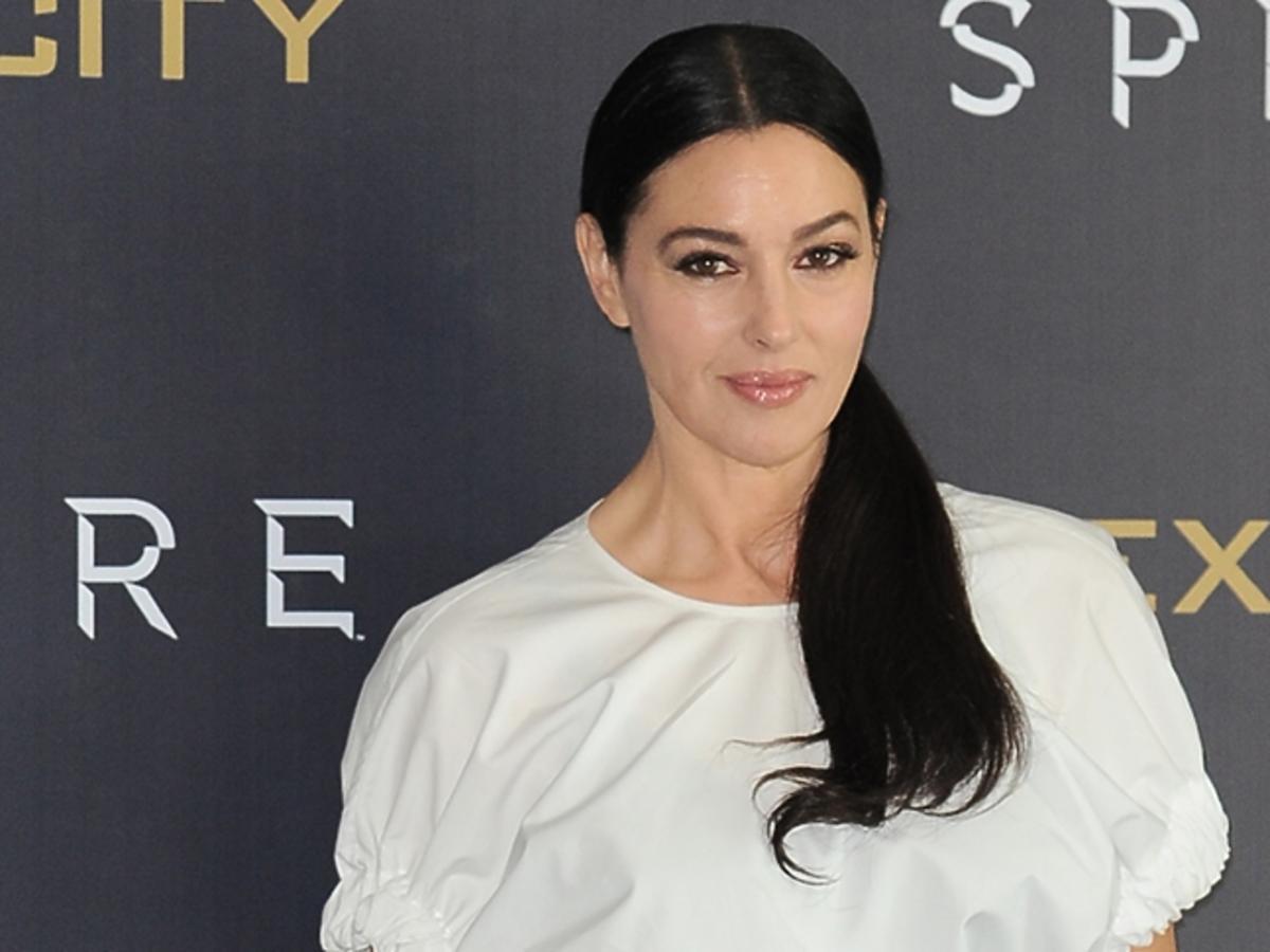 Monica Bellucci w białej koszuli z włosami w koński ogon