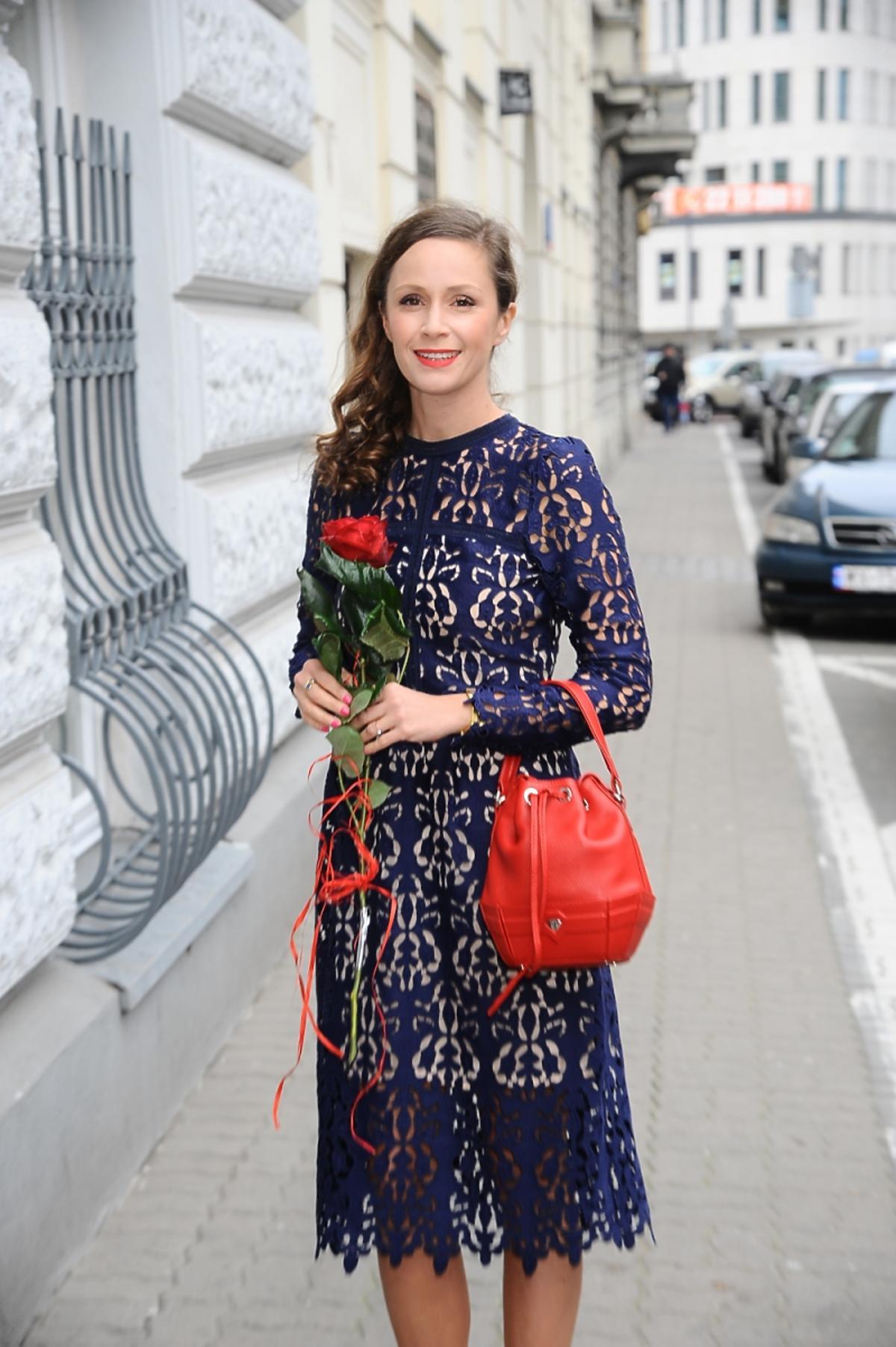 Monika Mrozowska w fioletowej sukience