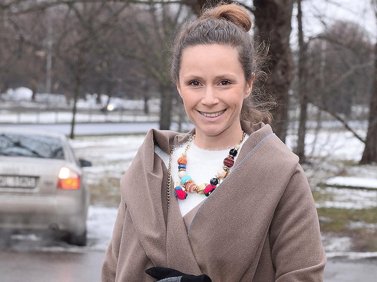 Monika Mrozowska w płaszczu pod restauracją Jeffs