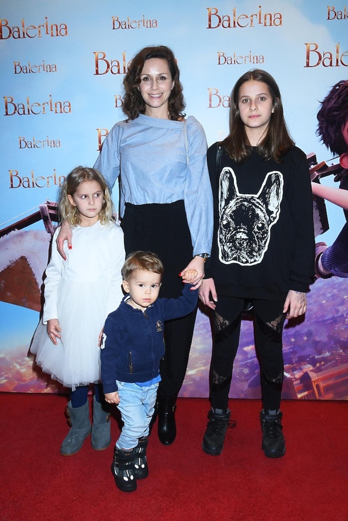 Monika Mrozowska z córkami i synem na premierze filmu Balerina