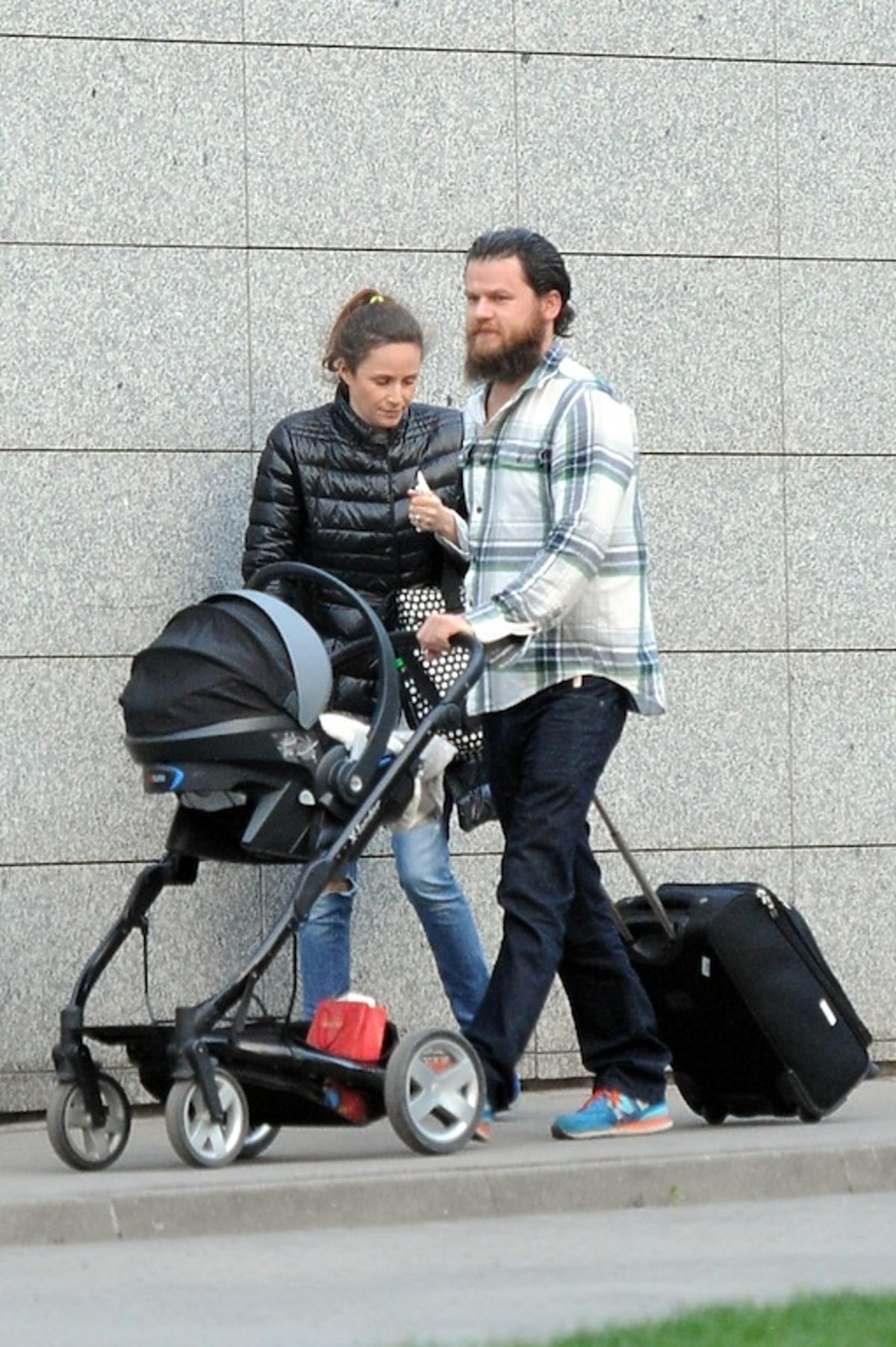 Monika Mrozowska z czarnej puchowej kurtce na spacerze z synem i narzeczonym