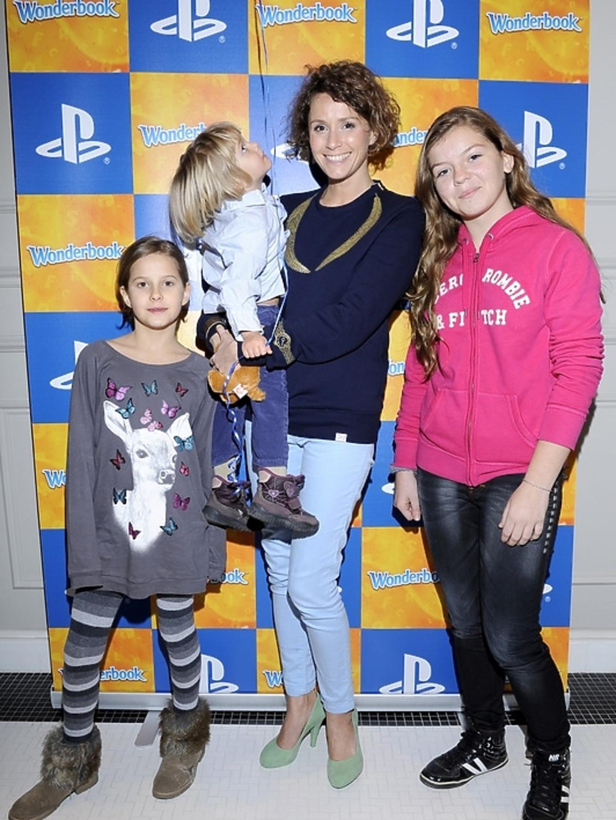 Monika Mrozowska z dziećmi na premierze PlayStation 3 - Wonderbook: Księga Czarów