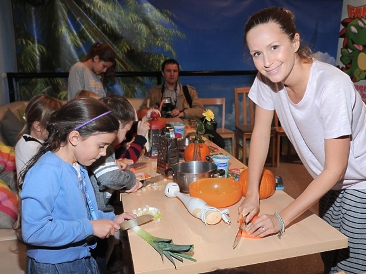 Monika Mrozowska z dziećmi na warsztatach kulinarnych CooKids w Digiloo