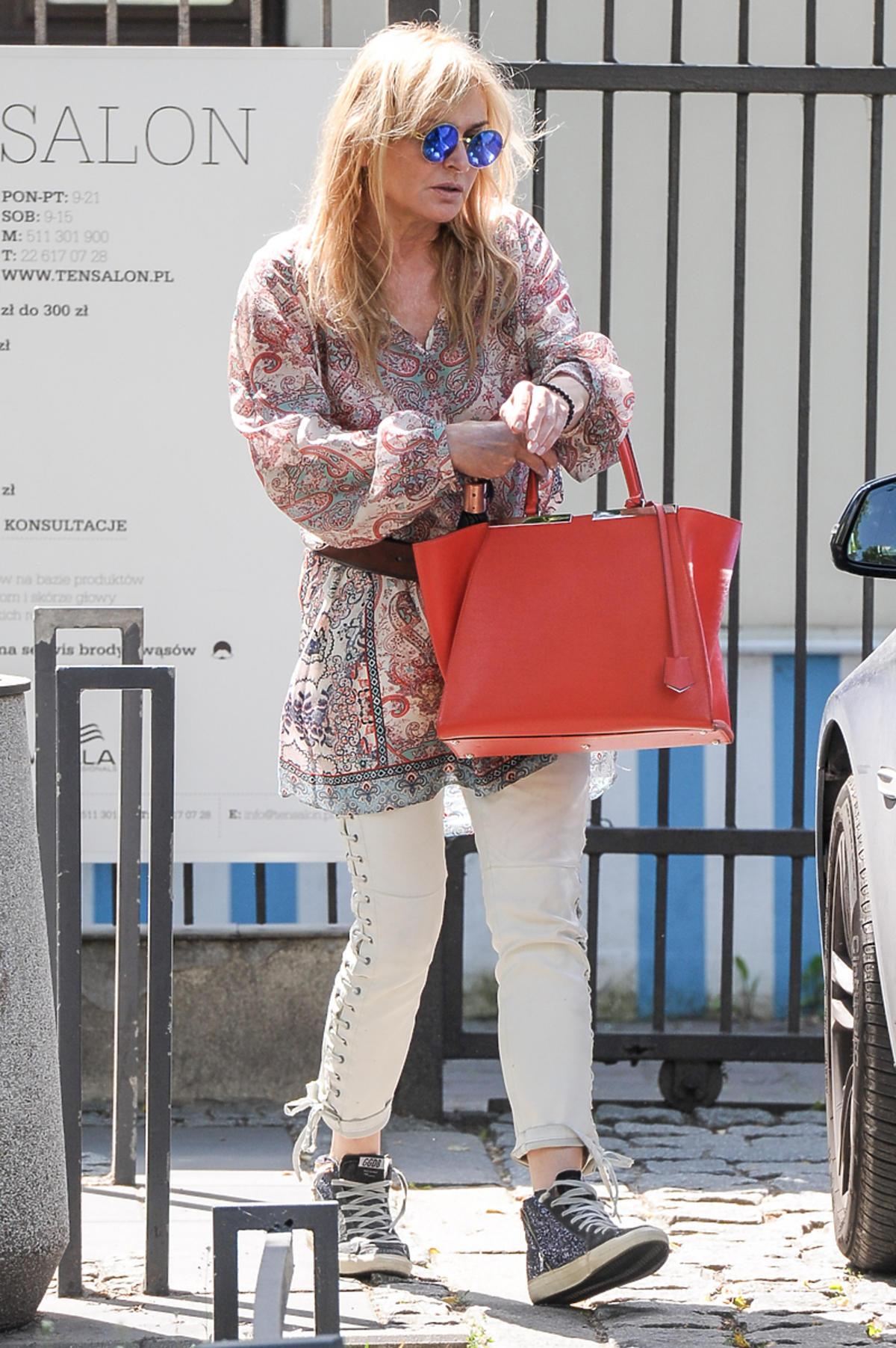 Monika Olejnik w białych spodniach