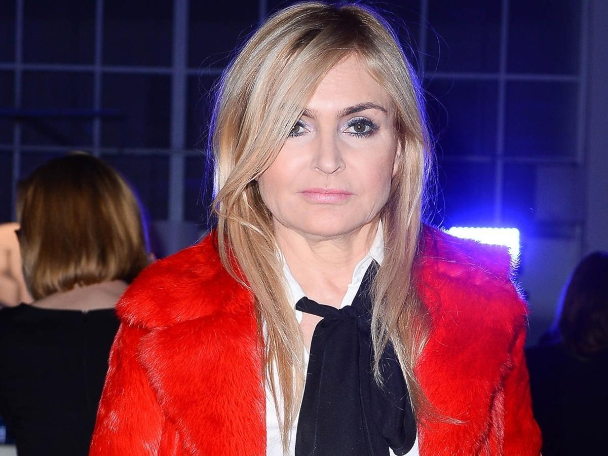 Monika Olejnik w czerwonym płaszczu