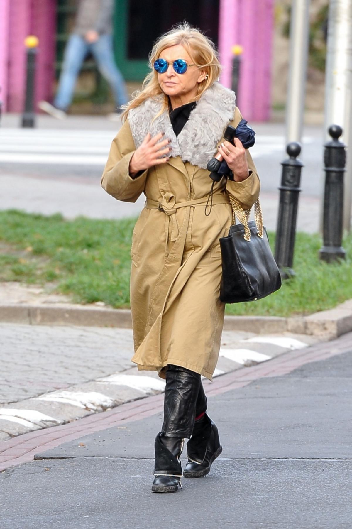 Monika Olejnik w długim płaszczu