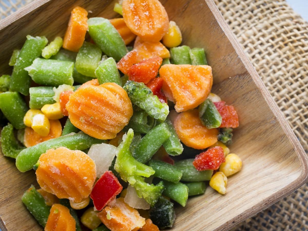 mrożone warzywa w drewnianej misce