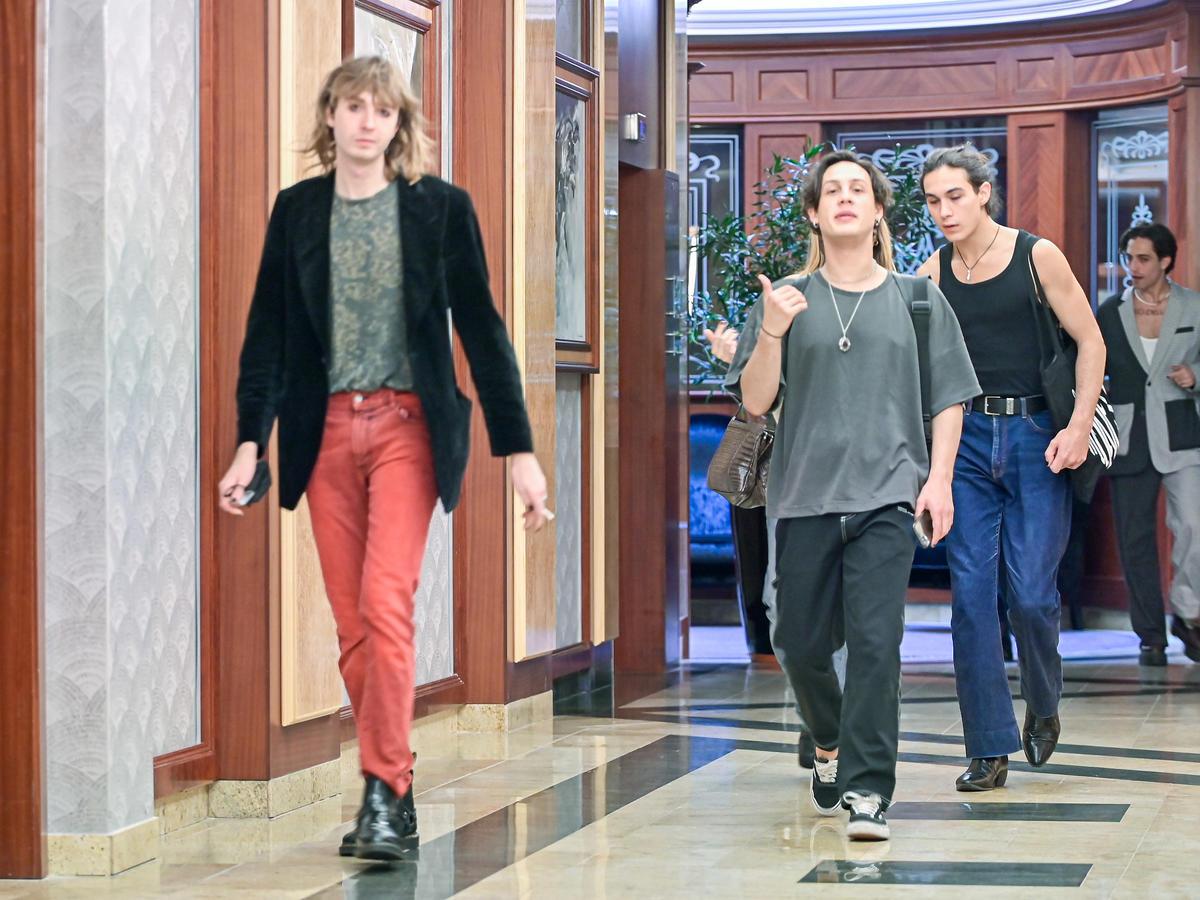 Muzycy Maneskina pod hotelem