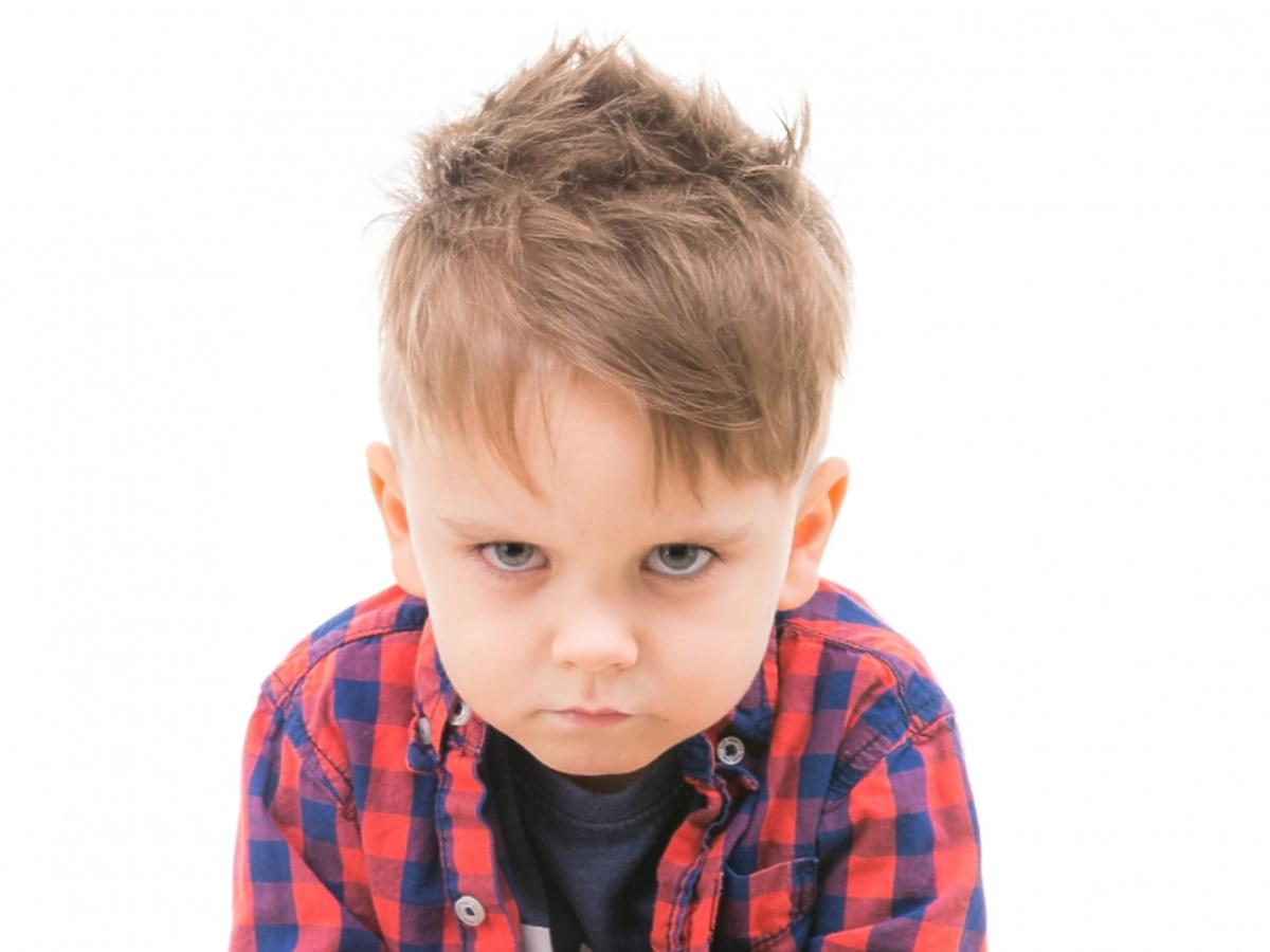 naburmuszony chłopiec