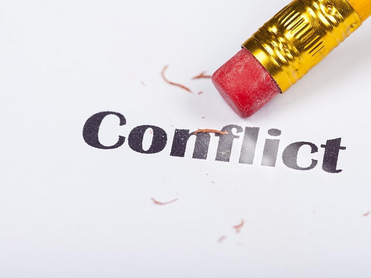 napis konflikt zmazywany przez ołówek