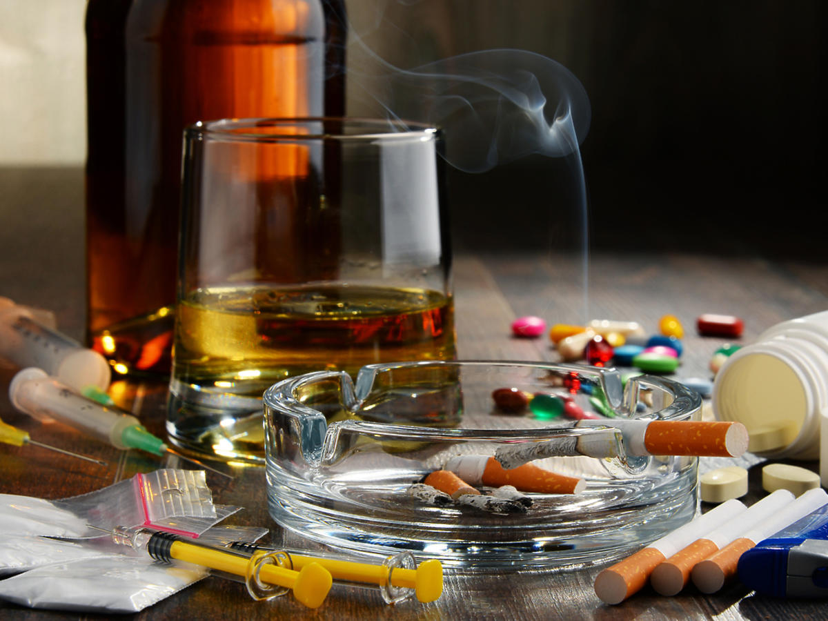 Narkotyki leżą na stole.