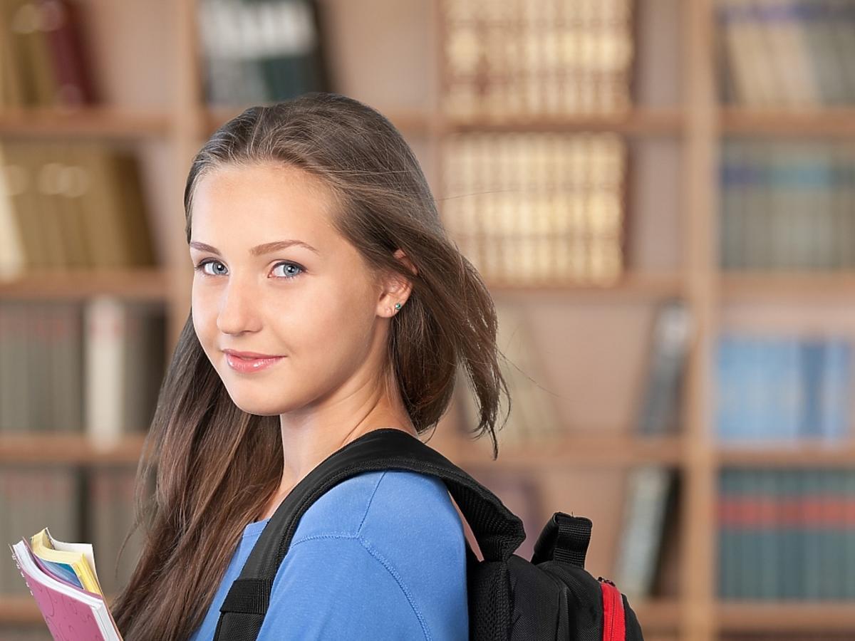 nastolatka uśmiecha się