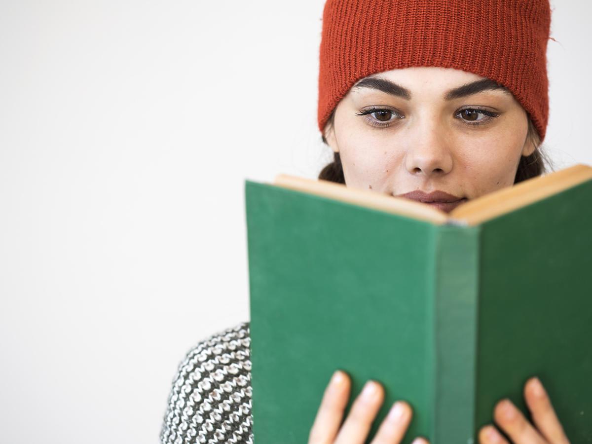 nastolatka z ksiażką