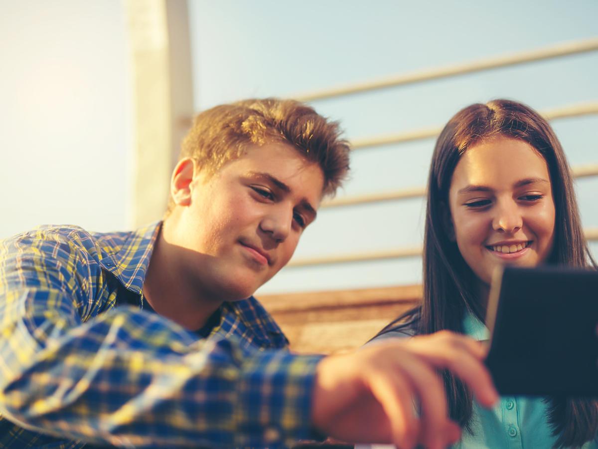 nastolatkowie używający tablet