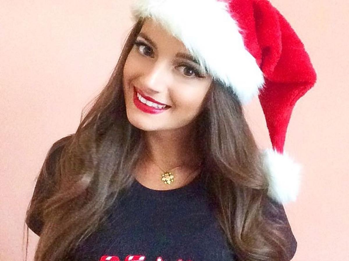 Natalia Janoszek w świątecznej koszulce i czapce mikołajce