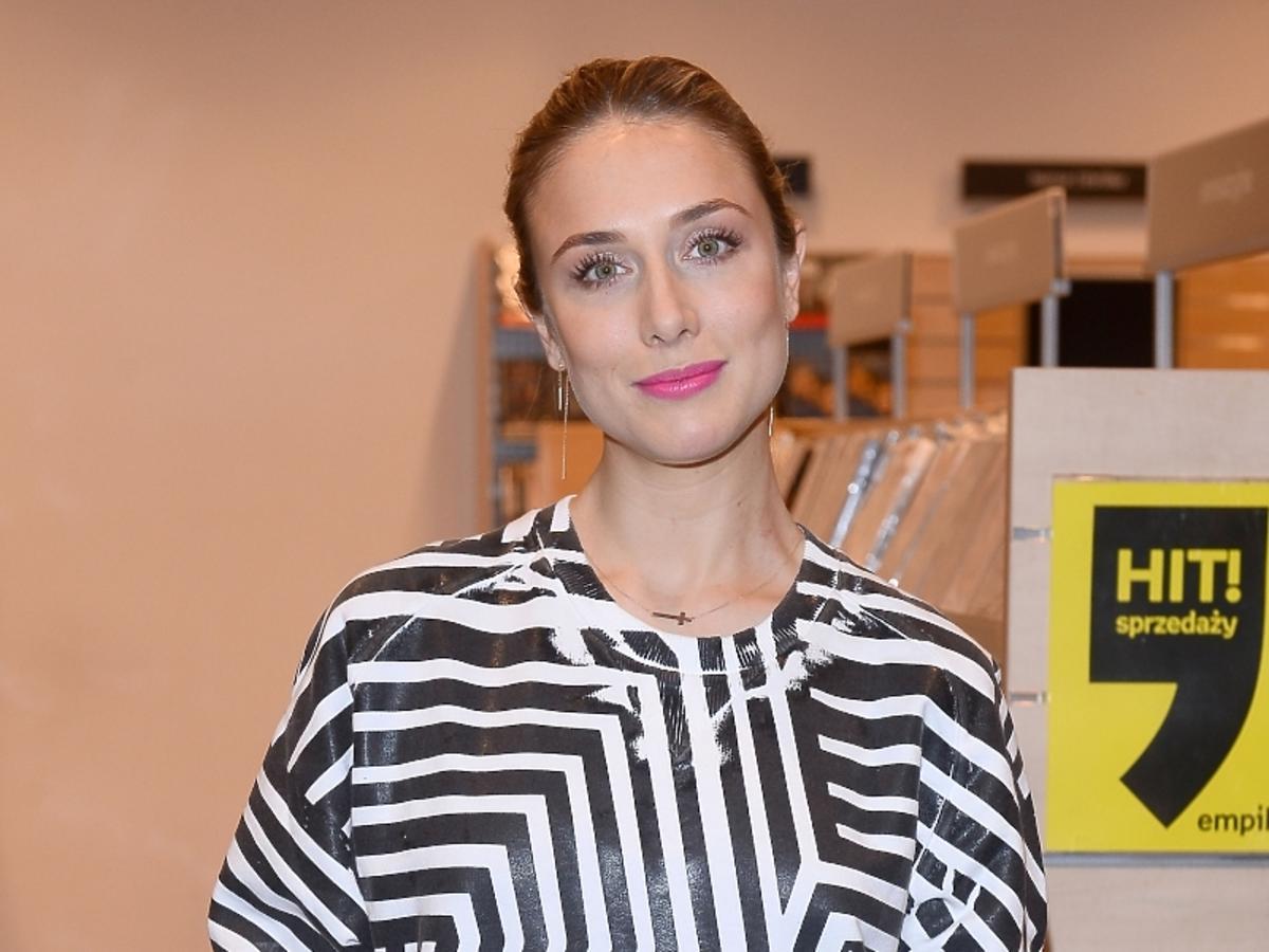 Natalia Klimas w czarno-białej bluzce