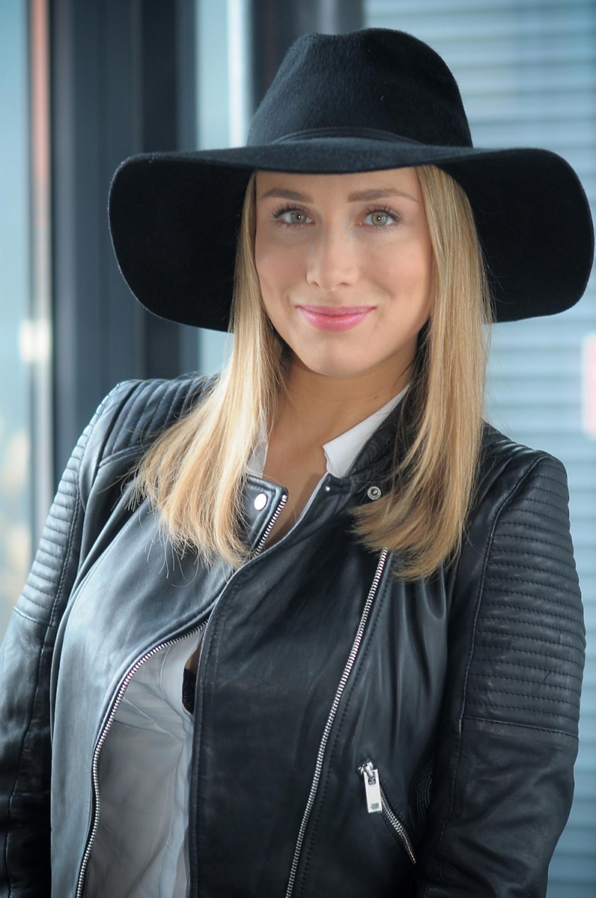 Natalia Klimas w czarnym kalepuszu  w serialu Pierwsza Miłość