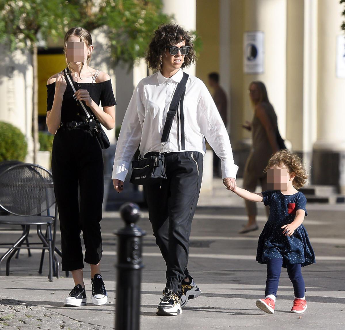 Natalia Kukulska na spacerze z córkami