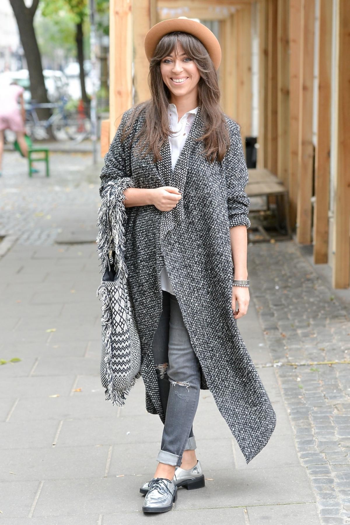 Natalia Kukulska w kapeluszu i szarej stylizacji na ulicy