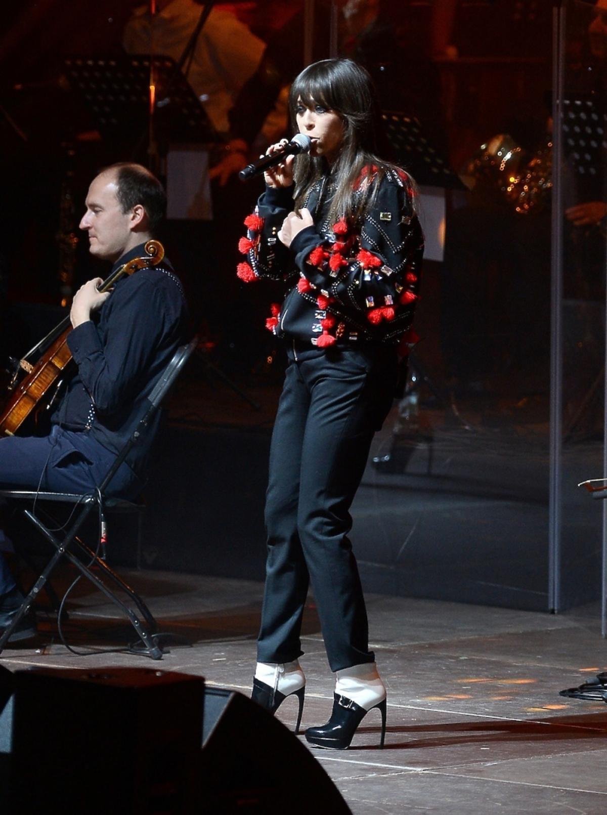 Natalia Kukulska w ozdobnej czarno-czerwonej bluzie z kryształami i troczkami Mariusza Przybylskiego i czarnych spodniach
