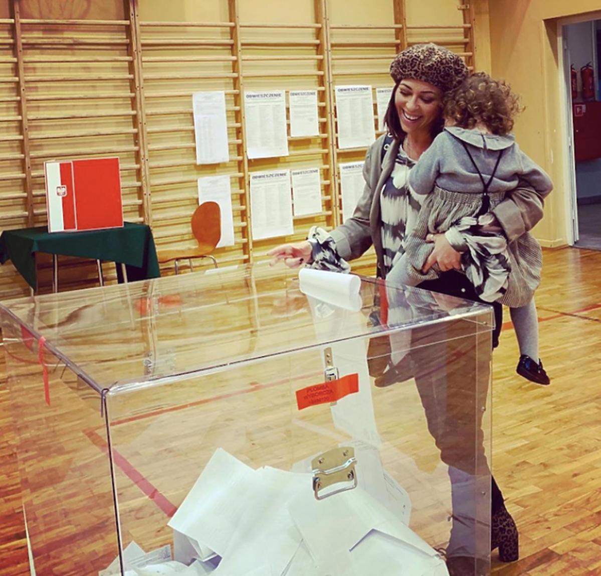 Natalia Kukulska z córką na wyborach