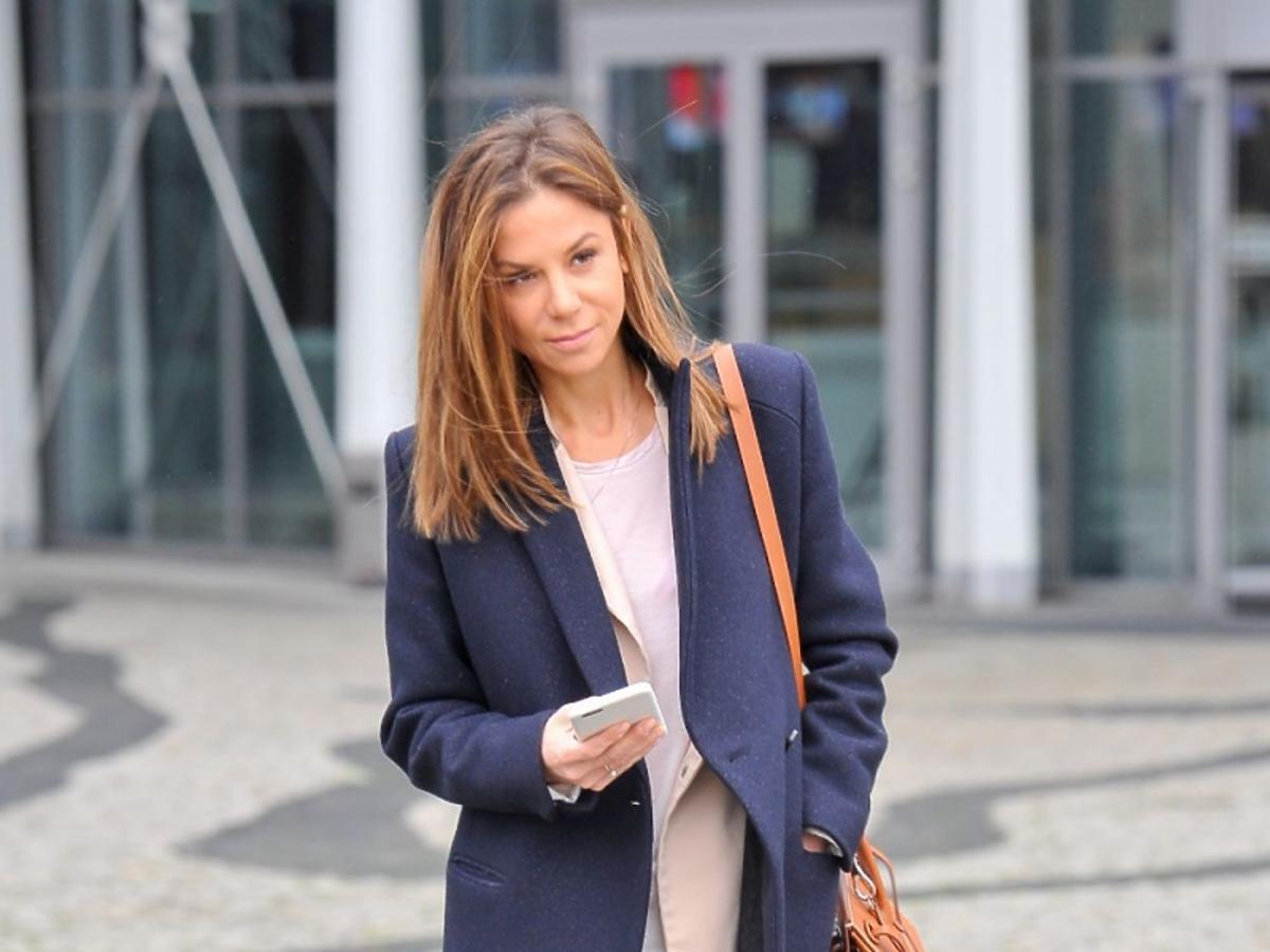 Natalia Lesz w granatowym płaszcuz