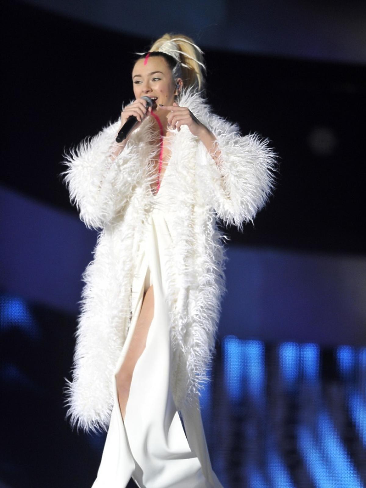 Natalia Nykiel w białym futrze