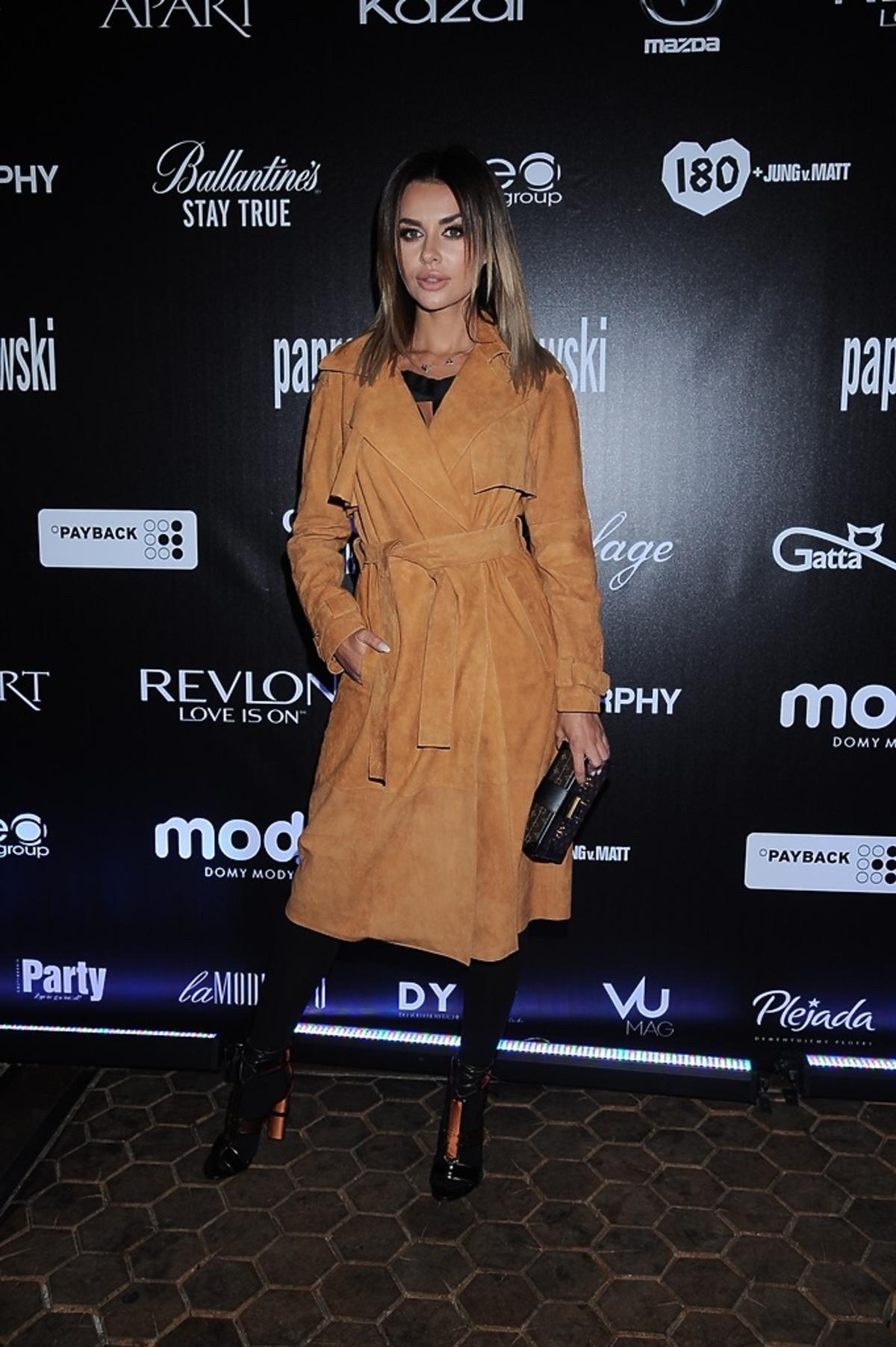 Natalia Siwiec w brązowym płaszczu