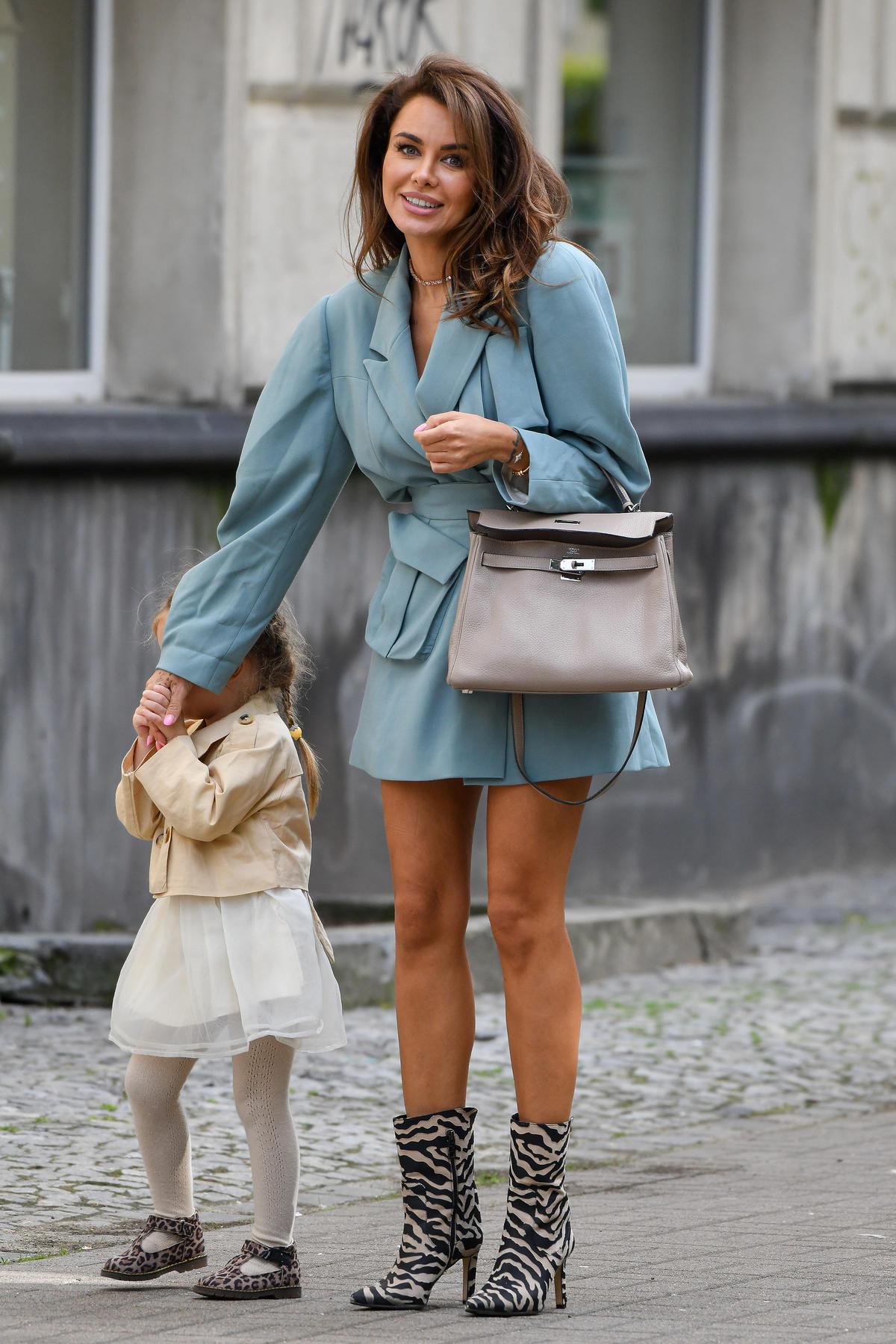 Natalia Siwiec w sukience o kroju marynarki