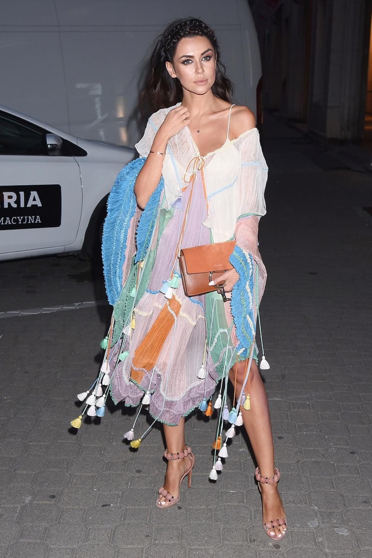 Natalia Siwiec w wielobarwnej pastelowej sukience