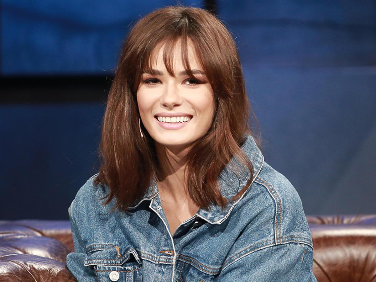 Natalia Szroeder w jeansowej kurtce na kanapie u Kuby Wojewódzkiego