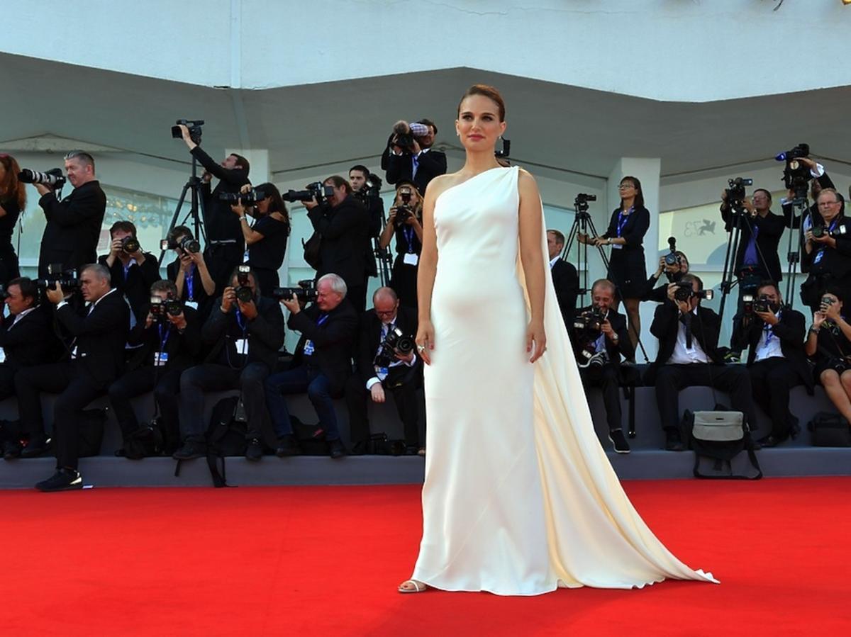 Natalie Portman w białej sukni z brzuszkiem