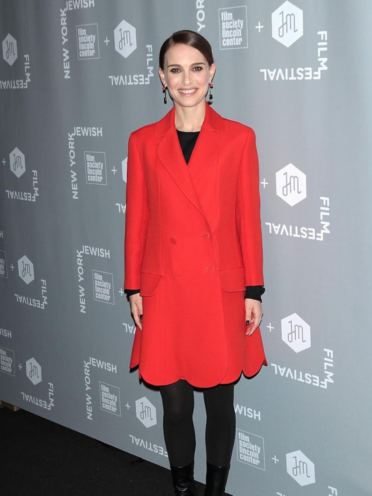 Natalie Portman w czerwonym płaszczu