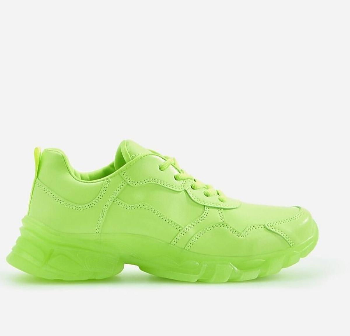 Neonowe sneakresy w wyprzedaży w Reserved