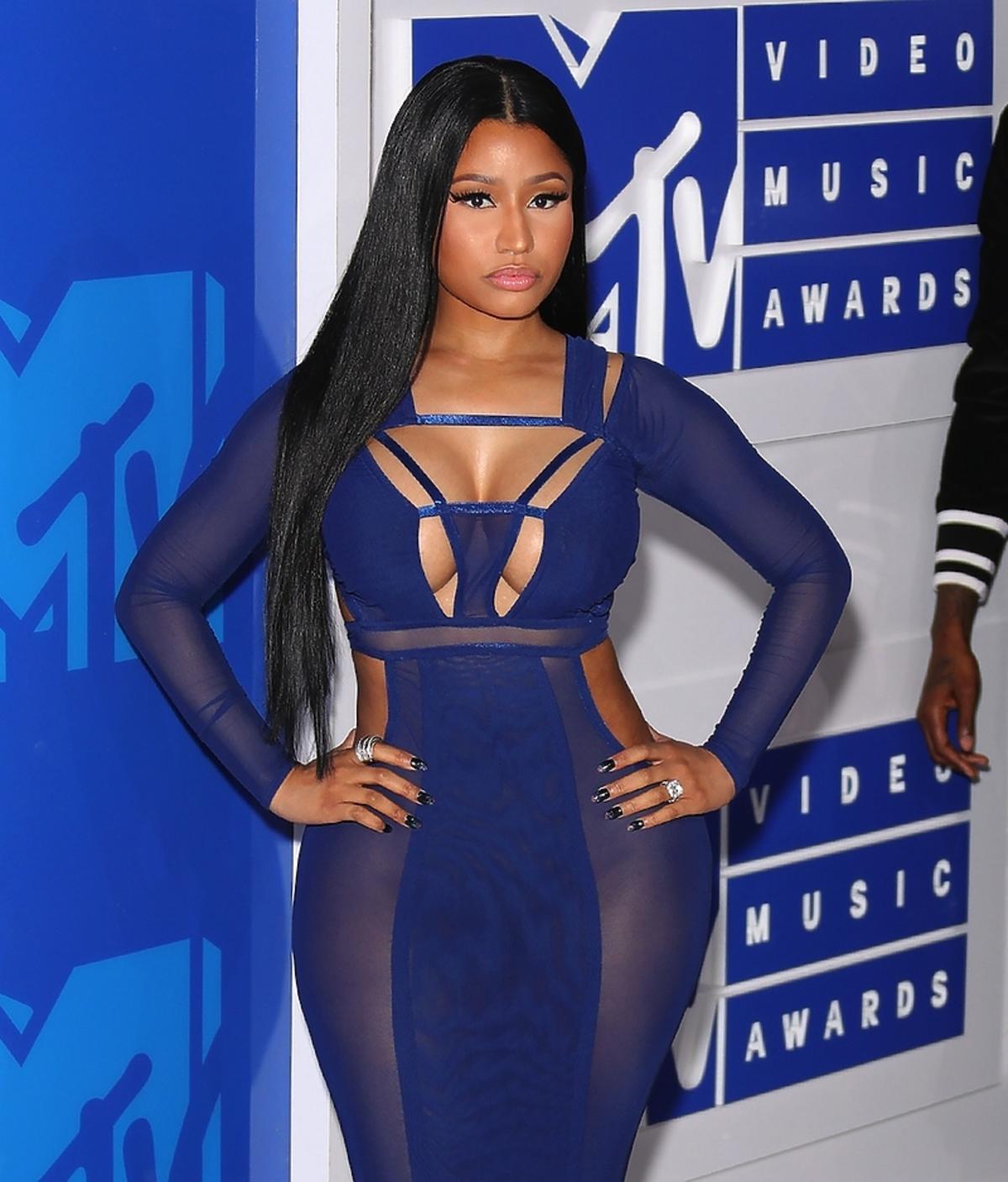 Nicki Minaj w granatowej obcisłej sukni