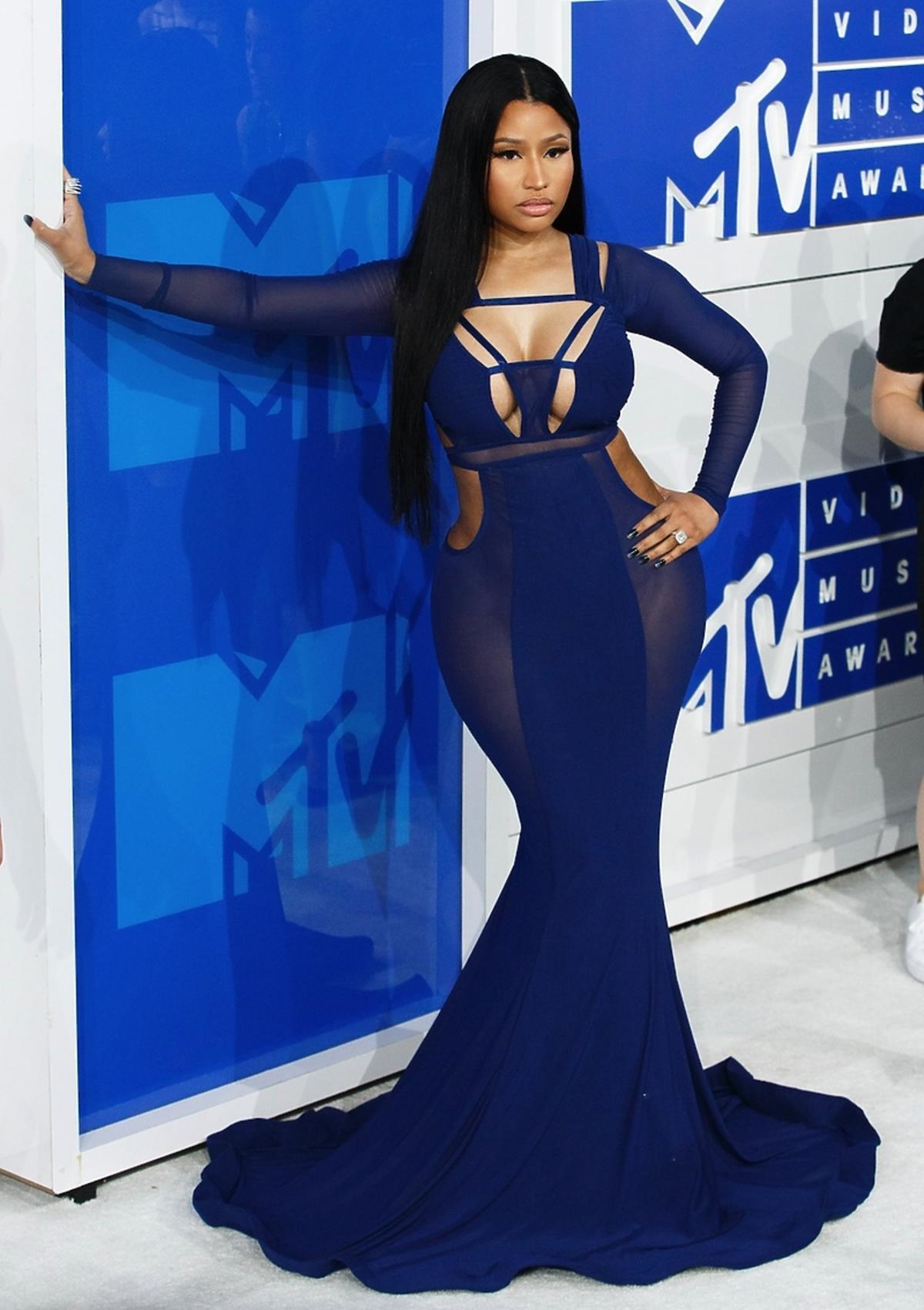 Nicki Minaj w granatowej obcisłej sukni z prześwitami