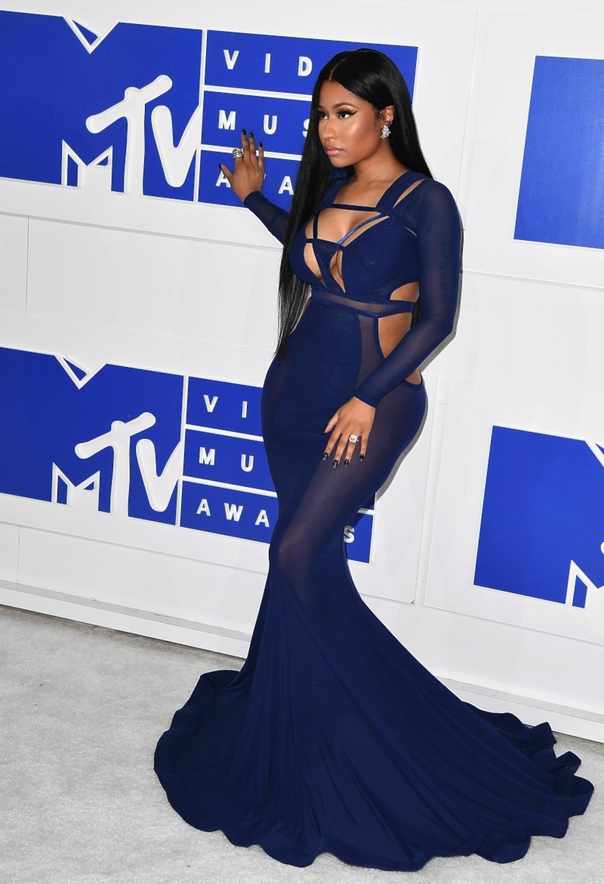 Nicki Minaj w granatowej obcisłej sukni z prześwitami i trenem