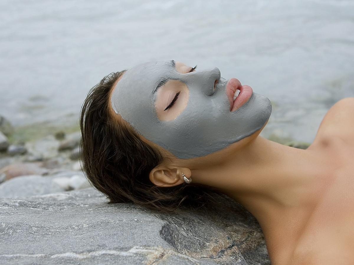 Niebieska glinka w kosmetyce - jakie ma właściwości?