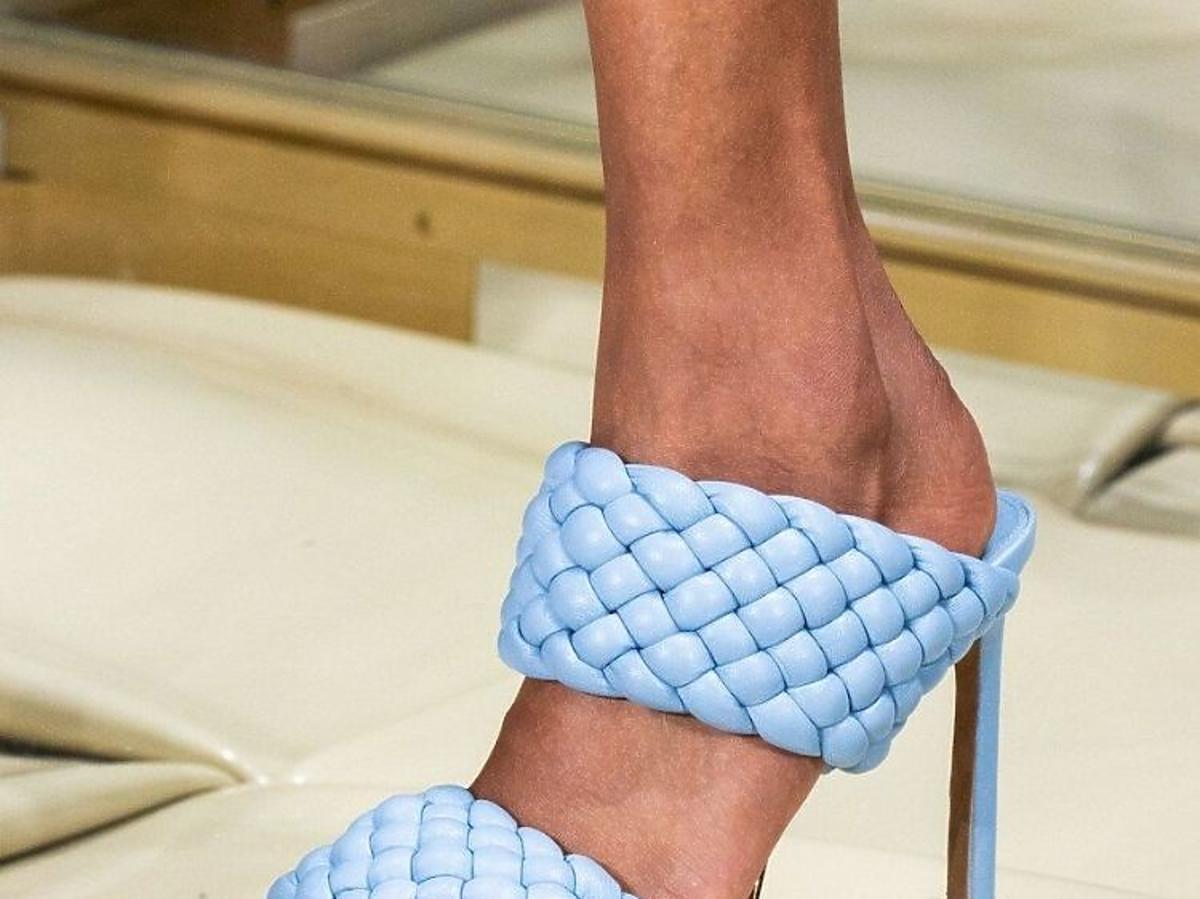 Niebieskie klapki z plecionki