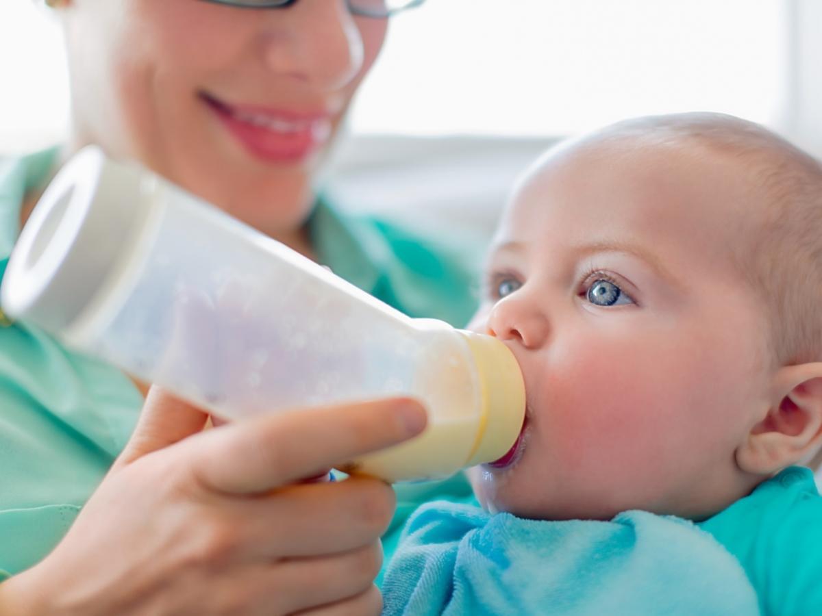 niemowlę karmione z butelki
